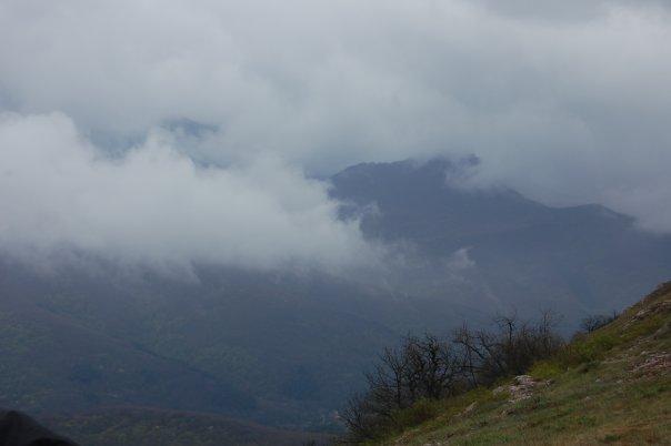 С высоких гор спускается туман